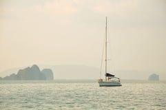 Varend jacht in het overzees onder de eilanden Royalty-vrije Stock Afbeelding