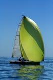 Varend jacht met spinnaker in de wind royalty-vrije stock foto's