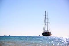 Varend jacht op blauwe overzeese golven Royalty-vrije Stock Foto