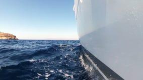 Varend Jacht op het Ras in Blauwe Egeïsche Overzees bij heldere dag stock video