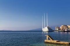 - ` Varend Jacht A `, SYA, één van de biggеst varende die jachten in de wereld in de haven van Saranda, Albanië wordt verankerd stock foto's