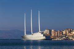 ` Varend Jacht A `, SYA, één van de biggеst varende die jachten in de wereld in de haven van Saranda wordt verankerd Het jacht b royalty-vrije stock afbeeldingen