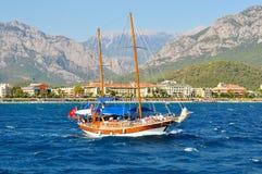 Varend jacht van de kust van Turkije stock foto's