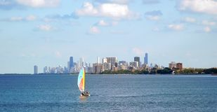 Varend op Meer de Horizon van Michigan, Chicago op de Achtergrond stock foto's