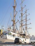Varend schip bij de meertros Royalty-vrije Stock Foto's