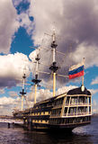 Varend schip bij een meertros royalty-vrije stock afbeelding