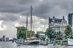 Varend schip bij historische haven stock afbeeldingen