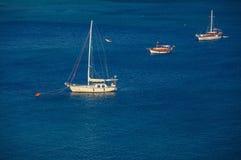 Varend schip bij meertros Stock Foto's