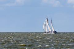 Varend schip bij Nederlandse overzees Stock Fotografie