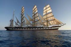 Varend schip bij zonsondergang Stock Fotografie