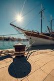 Varend schip dat in haven wordt vastgelegd royalty-vrije stock foto's