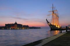 Varend schip dat in Venetië wordt vastgelegd Stock Fotografie