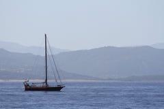 Varend schip in de baai royalty-vrije stock foto's