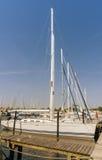 Varend schip in de haven bij de pijler Stad Groemitz, Noordelijk Duitsland, kust van Oostzee am 09 06 2016 Reis, vakantie op zee Stock Afbeeldingen