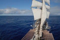 Varend schip in de oceaan Stock Foto