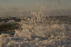 Varend schip in de winter op Oostzee Royalty-vrije Stock Fotografie