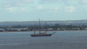 Varend schip dichtbij eiland stock footage