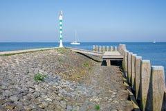Varend schip dichtbij golfbreker van haven Medemblik, Nederland Royalty-vrije Stock Foto's
