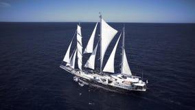 Varend schip die in kalm weer op de oceaan varen stock footage