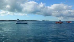 2 in 1, Varend schip en de drijvende waterautoped, de Bahamas stock video