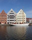 Varend schip en oude rijtjeshuizen over Motlawa-rivier in Gdansk, Stock Foto