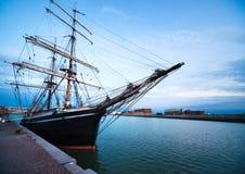 Varend schip in haven Royalty-vrije Stock Foto's