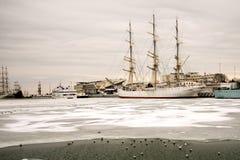 Varend schip in het ijs Stock Foto's
