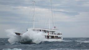 Varend schip in het onweer royalty-vrije stock foto