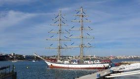 Varend schip lang schip in jachthaven Stock Foto's
