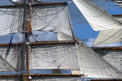 Varend schip met mast en installatie royalty-vrije stock afbeelding