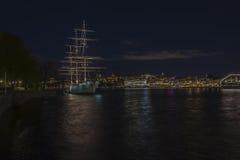 Varend schip met oude stadsmening Royalty-vrije Stock Afbeeldingen