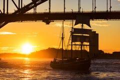 Varend schip met Sydney Harbour Bridge op de achtergrond Royalty-vrije Stock Afbeeldingen