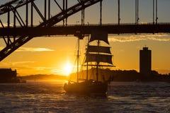Varend schip met Sydney Harbour Bridge op de achtergrond Royalty-vrije Stock Afbeelding