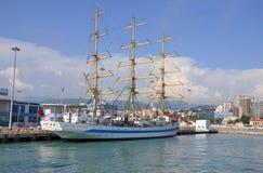 Varend schip Mir in de haven van Sotchi Lange de Schepenregatta 2014 van SCF de Zwarte Zee Stock Afbeelding