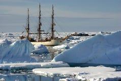 Varend schip onder de ijsbergen Royalty-vrije Stock Foto's