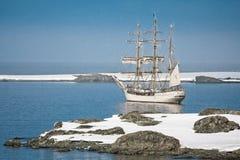 Varend schip onder de ijsbergen Royalty-vrije Stock Afbeeldingen
