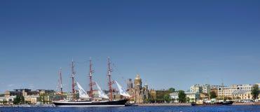 Varend schip op de rivier Neva, Rusland, St. Petersburg Stock Afbeelding