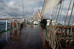 Varend schip in zwaar weer Stock Afbeeldingen