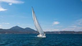 Varend schipjacht met witte zeilen in de Middellandse Zee stock foto's