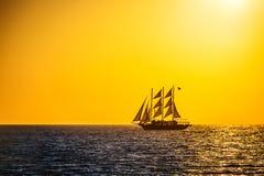 Varend schipsilhouet in zonsondergang op het overzees Royalty-vrije Stock Foto