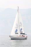 Varende bemanning op zeilboot tijdens regatta royalty-vrije stock afbeelding