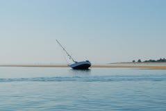 Varende boot aan de grond Stock Foto