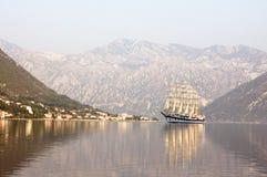 Varende boot in Baai van Kotor, Montenegro Royalty-vrije Stock Afbeeldingen