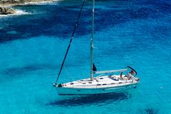 Varende boot bij anker Royalty-vrije Stock Afbeeldingen