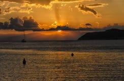 Varende boot bij de zonsondergang Stock Foto