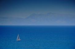 Varende boot bij een open zee Stock Fotografie