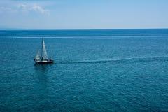 Varende boot bij een open zee Royalty-vrije Stock Foto's