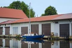 Varende boot bij een werf royalty-vrije stock foto
