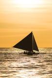 Varende boot bij zonsondergang Royalty-vrije Stock Afbeelding