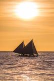 Varende boot bij zonsondergang Stock Foto